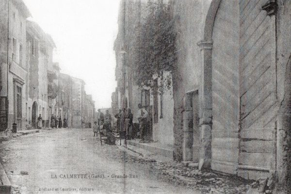Grand rue femme assise